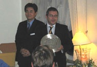 l'ing Stanga di Andit Automazione riceve il premio da Mr Kawahara